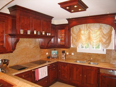 Cuisine réalisée par A. Saccomando, artisan ébéniste cuisiniste, fabricant de salles de bain, meubles.