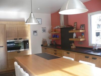 Cuisine moderne réalisée par A. Saccomando, artisan ébéniste cuisiniste, fabricant de salles de bain, meubles.